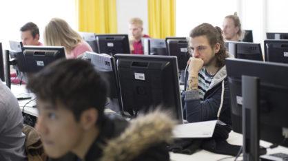 VAMKin opiskelijoita tietokoneluokassa.